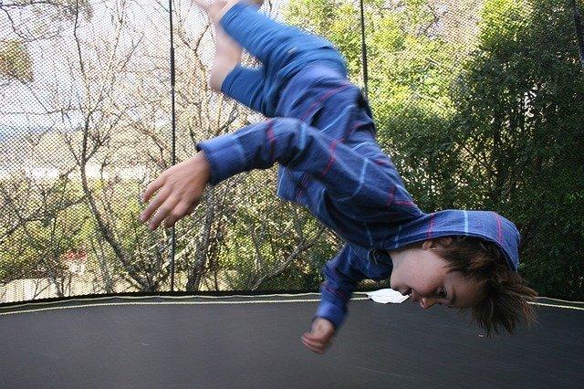 chlapec na trampolíne