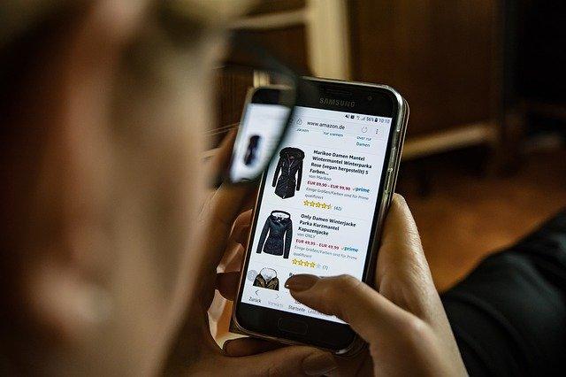 online nakupování oblečení přes mobilní telefon