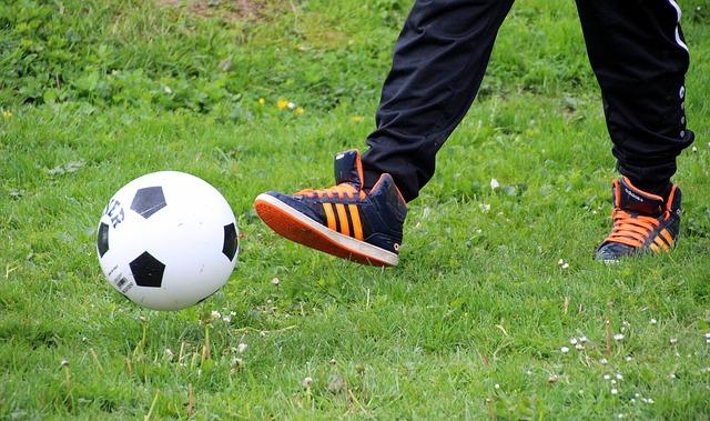 hrát fotbal