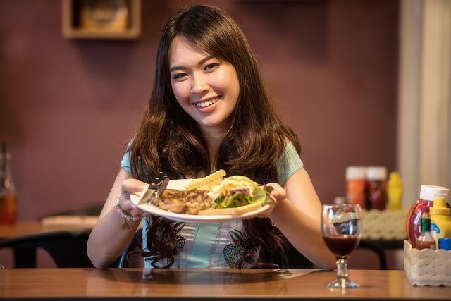 dívka s talířem