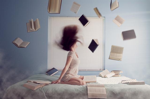 knihy nad postelí