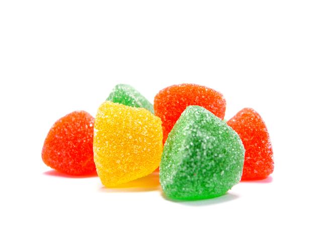 sladké barevné bonbóny na bílém pozadí